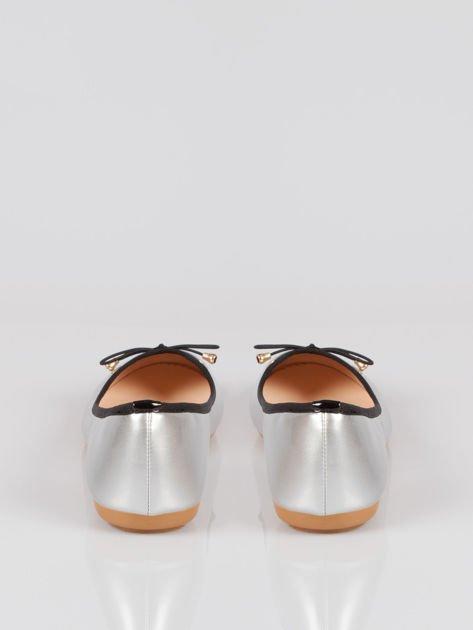 Srebrne baletki faux leather Evy z czarną kokardką i lamówką