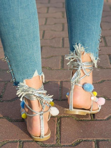 Srebrne sandały z kolorowymi pomponikami wiązane wokół kostki rzemykiem z ozdobnym chwostem                                  zdj.                                  3