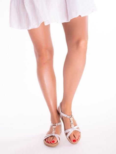 Srebrne sandały z ozdobną przypinką i perełkami na przodzie                              zdj.                              5