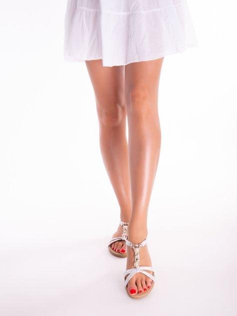 Srebrne sandały z ozdobną przypinką i perełkami na przodzie                              zdj.                              3