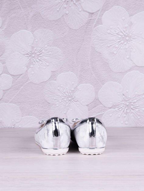 Srebrnobiałe cieniowane baleriny leather Husky z jasną podeszwą i srebrną kokardką                              zdj.                              2