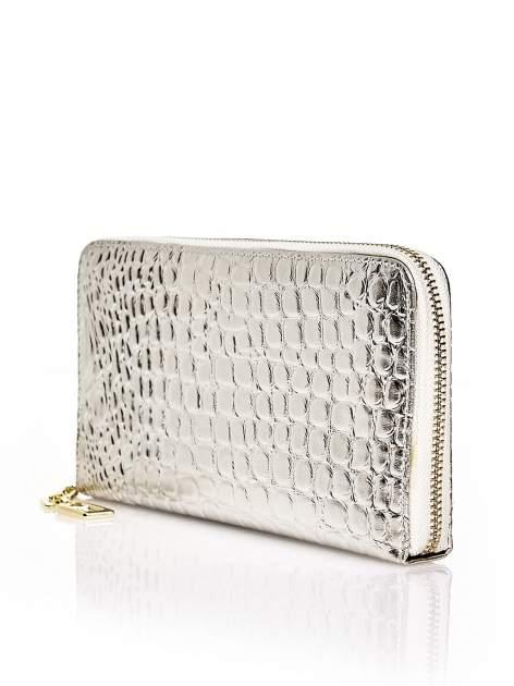 Srebrny portfel kopertówka z motywem skóry krokodyla                                  zdj.                                  2