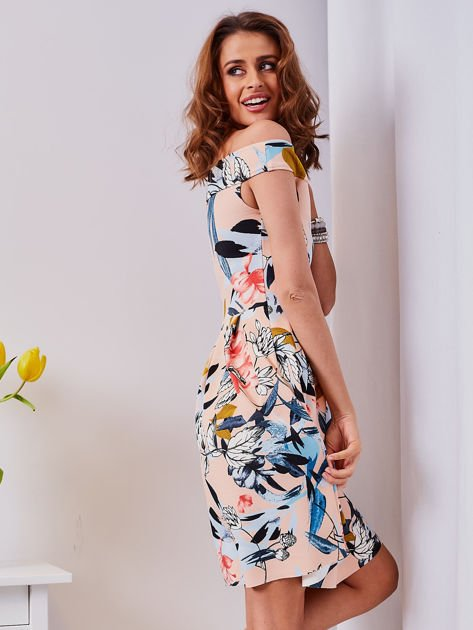 Sukienka brzoskwiniowa w roślinne wzory z kontrafałdami                              zdj.                              4