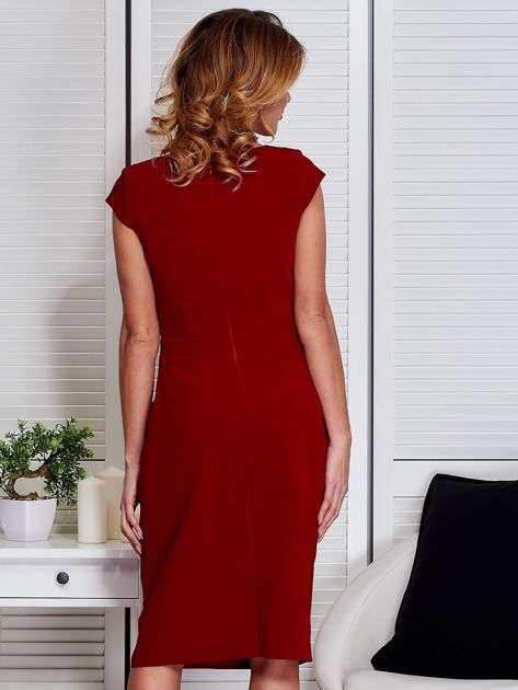Sukienka ciemnoczerwona z drapowaniem i ozdobnym kwiatem                              zdj.                              2