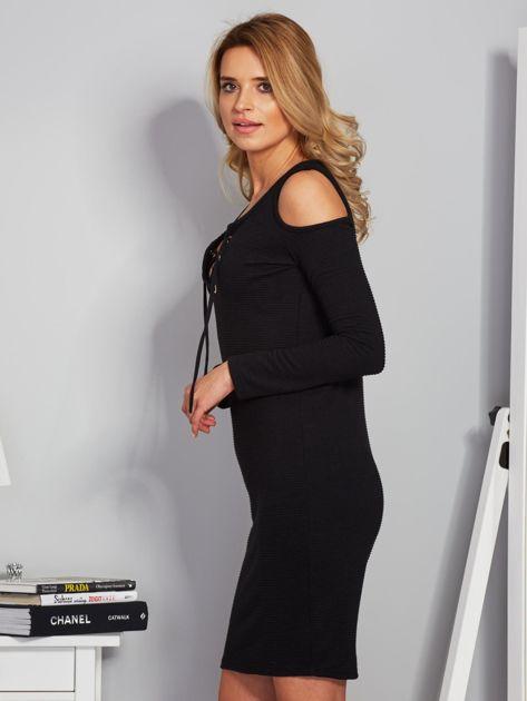 Sukienka cold shoulder w wypukłe paski czarna                              zdj.                              3