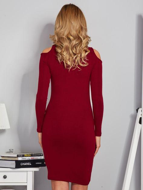 Sukienka cold shoulder ze złotym łańcuszkiem bordowa                              zdj.                              2