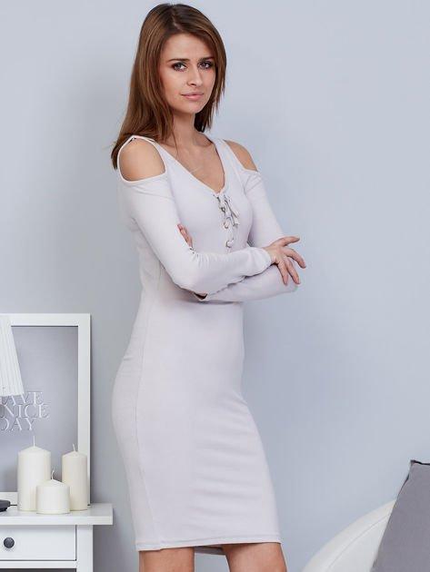 Sukienka cold shoulder ze złotym łańcuszkiem szara                              zdj.                              5