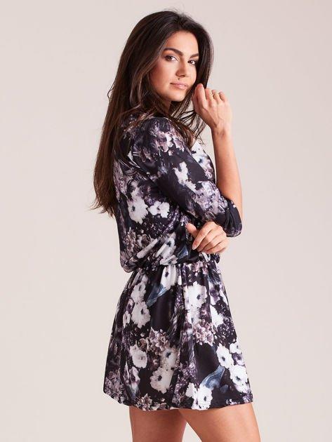 Sukienka czarna w roślinne wzory z marszczeniem w talii                              zdj.                              3