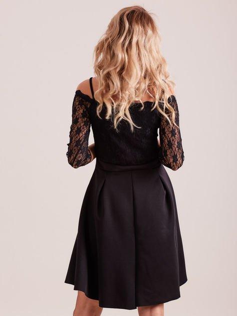 Sukienka czarna z koronkową górą i cienkimi ramiączkami                              zdj.                              3