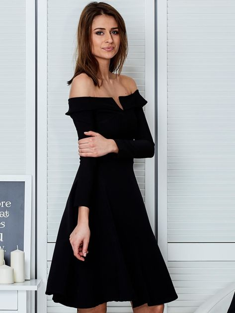 Sukienka czarna z odkrytymi ramionami i wycięciem                                  zdj.                                  5