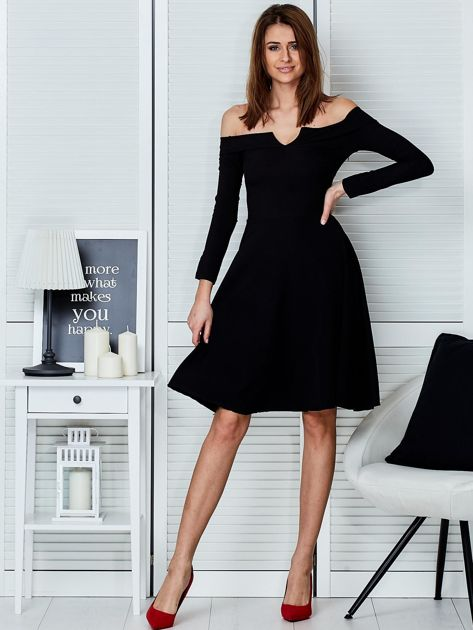 Sukienka czarna z odkrytymi ramionami i wycięciem                                  zdj.                                  4