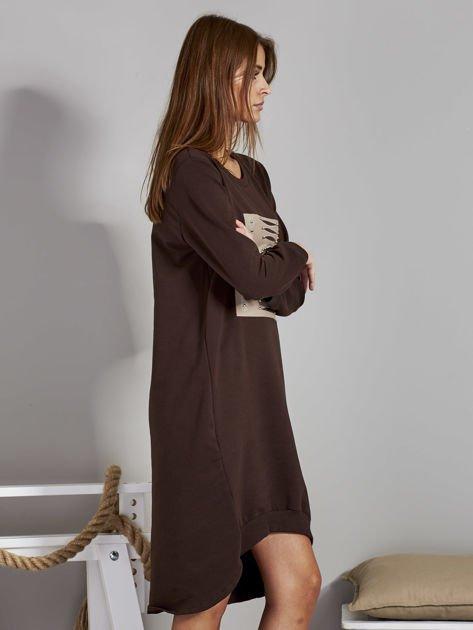 Sukienka damska dzienna z ozdobnymi literami brązowa                              zdj.                              5