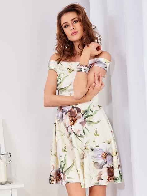 Sukienka ecru odsłaniająca ramiona w malarski deseń                              zdj.                              3