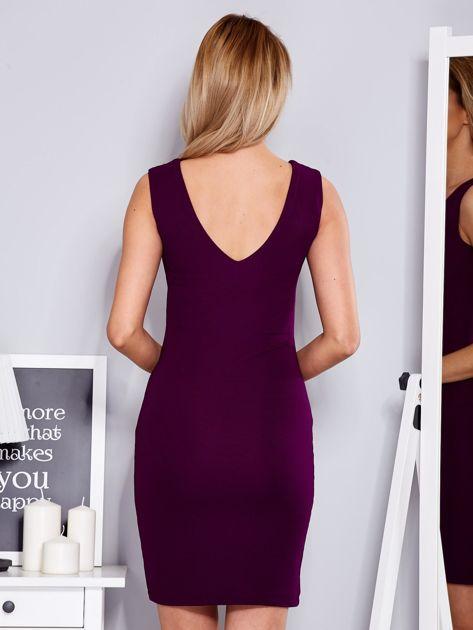 Sukienka fioletowa dopasowana z trójkątnym dekoltem                                  zdj.                                  2