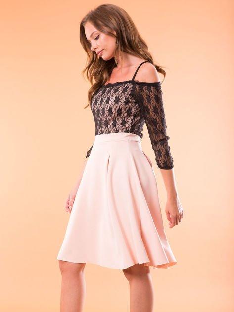 Sukienka jasnoróżowa z koronkową górą i cienkimi ramiączkami                              zdj.                              3