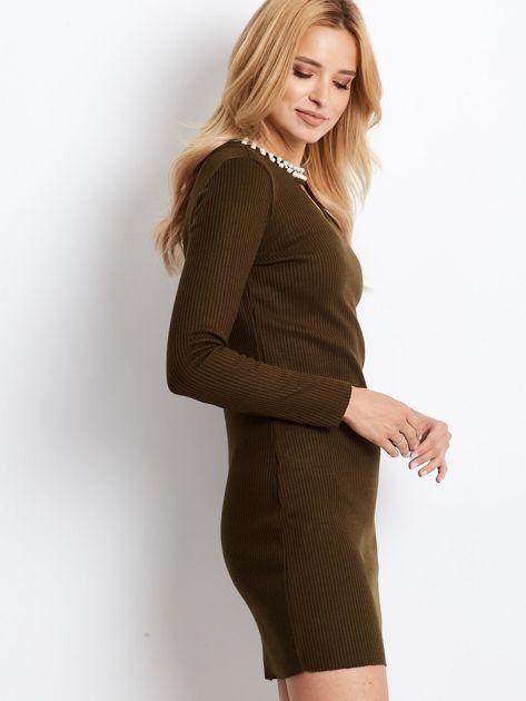 Sukienka khaki z perełkami i wycięciem                              zdj.                              3