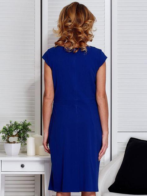 Sukienka kobaltowa z drapowaniem i ozdobnym kwiatem                                  zdj.                                  2