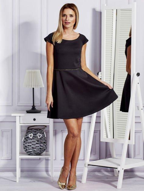 Sukienka koktajlowa z błyszczącym paskiem czarna                              zdj.                              4
