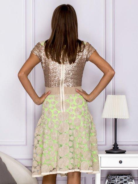 Sukienka koktajlowa z cekinami w geometryczne wzory beżowa                              zdj.                              2