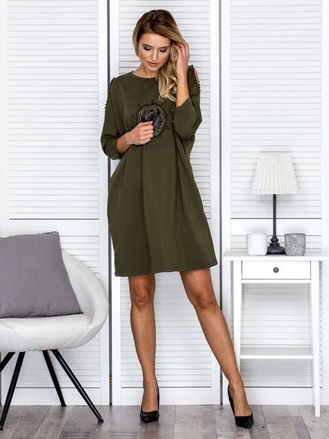 Sukienka oversize z wycięciami na rękawach i perełkami khaki                              zdj.                              4