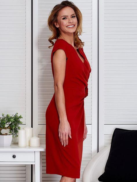 Sukienka pomarańczowa z drapowaniem i ozdobnym kwiatem                                  zdj.                                  3