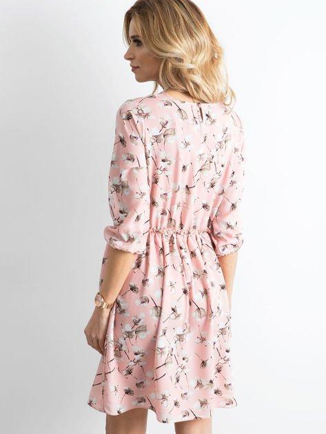 Sukienka różowa we wzory z falbaną                              zdj.                              3