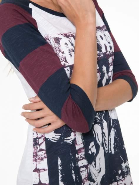 Sukienka z nadrukiem rockowym i reglanowymi rękawami w bordowe paski                                  zdj.                                  9