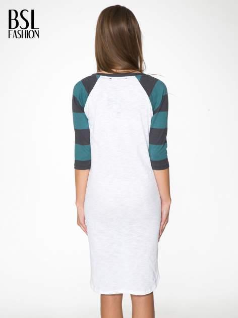 Sukienka z nadrukiem rockowym i reglanowymi rękawami w zielone paski                                  zdj.                                  4