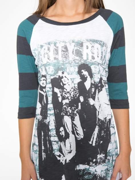Sukienka z nadrukiem rockowym i reglanowymi rękawami w zielone paski                                  zdj.                                  7