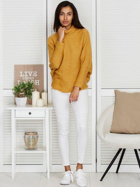 Sweter beżowy z dłuższym włosem                                  zdj.                                  4