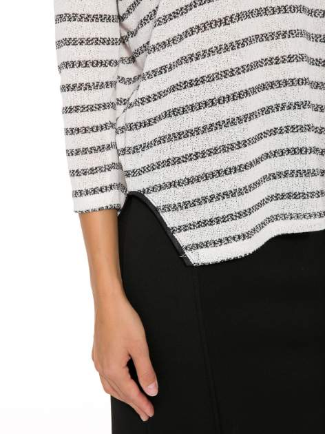 Sweter w ecru-czarne paski ze wstawkami na ramionach imitującymi skórę                                  zdj.                                  6