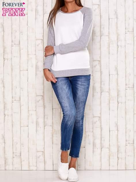 Szara bluza z białą pikowaną wstawką                                  zdj.                                  2