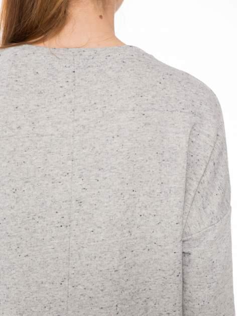 Szara bluza z dłuższym tyłem i nadrukiem kwiatów                                  zdj.                                  7
