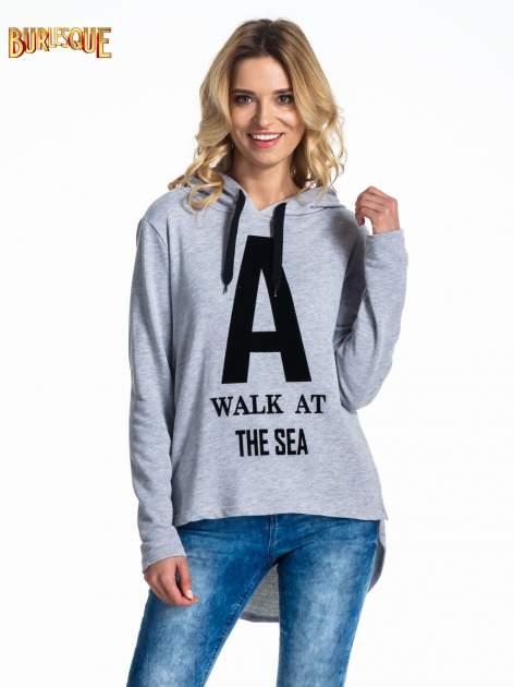 Szara bluza z kapturem i napisem A WALK AT THE SEA