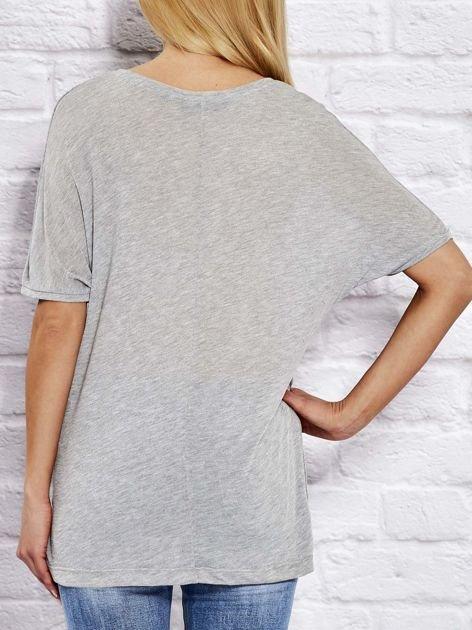 Szara bluzka o kroju oversize                              zdj.                              2