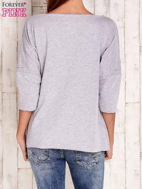 Szara bluzka oversize z nadrukiem i surowym wykończeniem                                  zdj.                                  4