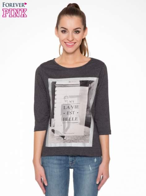 Szara bluzka w stylu fashion z nadrukiem LA VIE EST BELLE                                  zdj.                                  1
