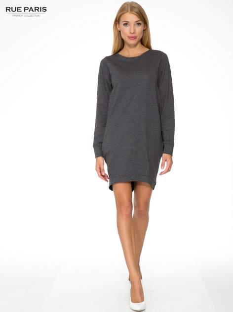 Szara dresowa sukienka oversize z ozdobnymi kieszeniami                                  zdj.                                  2