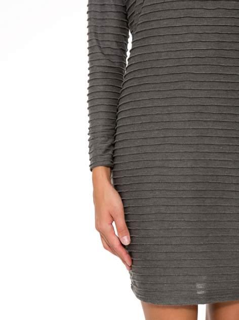 Szara dresowa sukienka w prążkowany wzór                                  zdj.                                  6