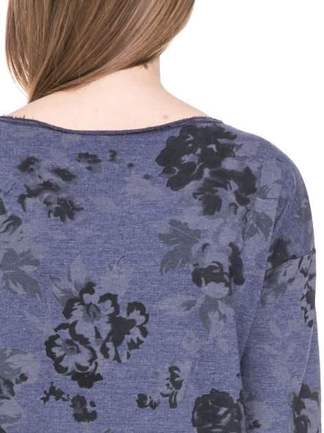 Szara dresowa sukienka z nadrukiem kwiatowym w kolorze czarnym                                  zdj.                                  7