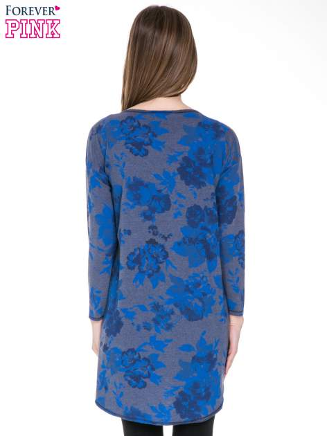 Szara dresowa sukienka z nadrukiem kwiatowym w kolorze niebieskim                                  zdj.                                  6