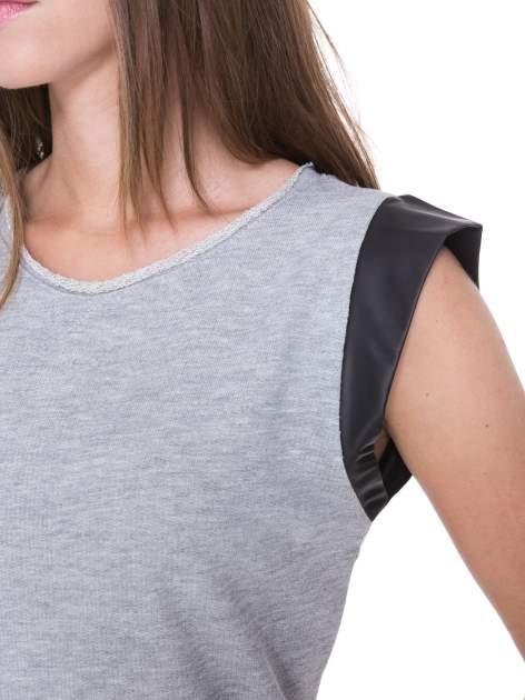 Szara dresowa sukienka ze wstawkami ze skóry przy rękawach                                  zdj.                                  6