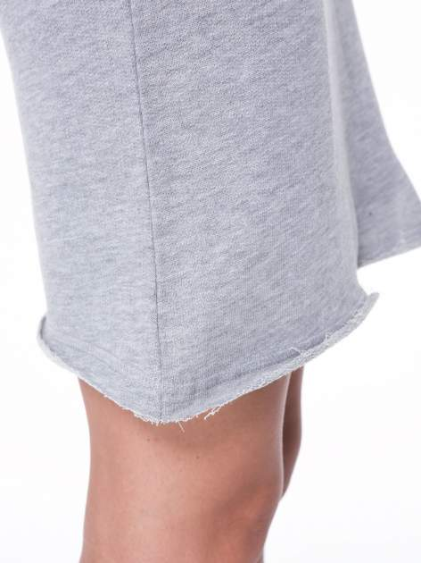 Szara dresowa sukienka ze wstawkami ze skóry przy rękawach                                  zdj.                                  10
