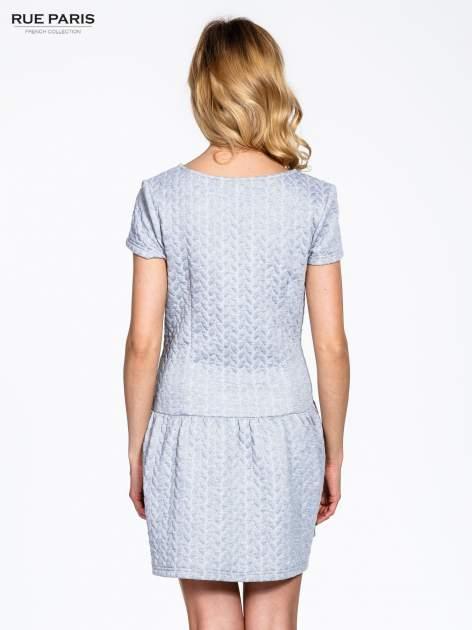 Szara fakturowana sukienka z obniżoną talią                                  zdj.                                  4