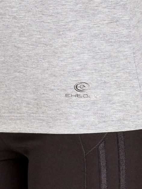Szara gładka bluzka sportowa z dekoltem U PLUS SIZE                                  zdj.                                  5