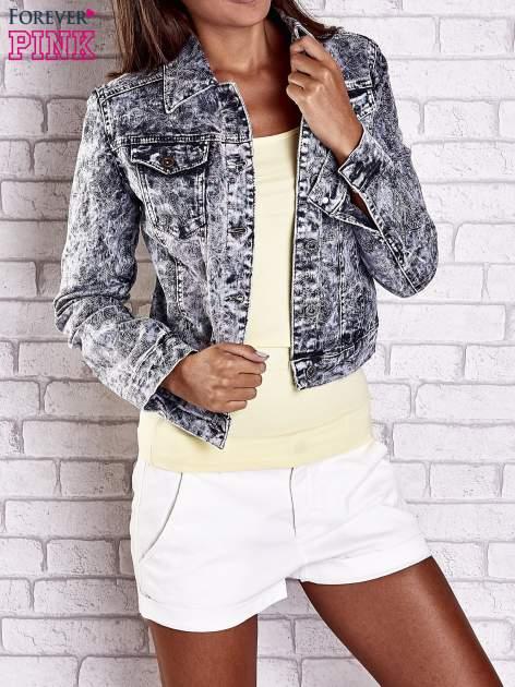 Szara jeansowa kurtka w tłoczone wzory                                  zdj.                                  1