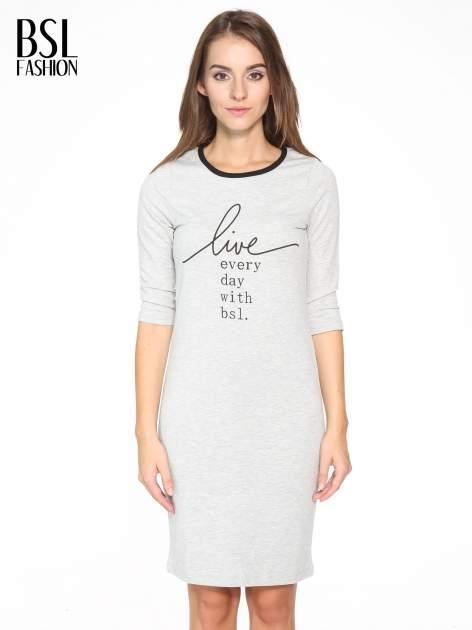 Szara prosta sukienka dresowa z napisem                                  zdj.                                  1