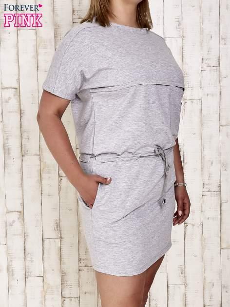 Szara sukienka dresowa wiązana w pasie PLUS SIZE                                  zdj.                                  3