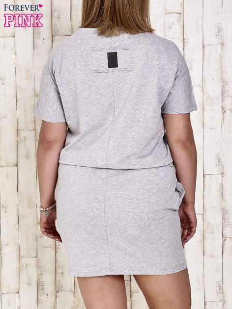 Szara sukienka dresowa wiązana w pasie PLUS SIZE                                  zdj.                                  4
