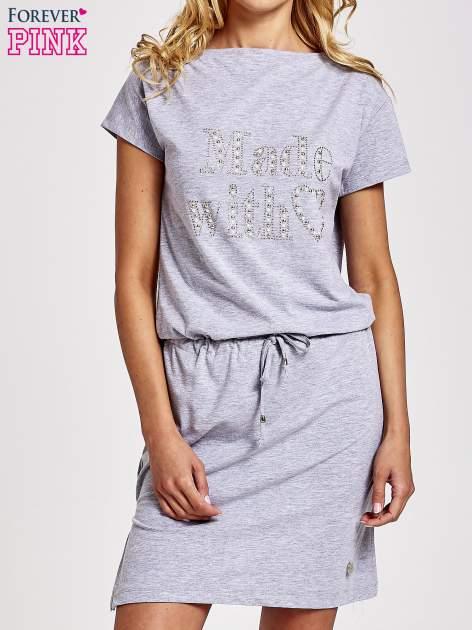 Szara sukienka dresowa wiązana w pasie z aplikacją z dżetów                                  zdj.                                  1